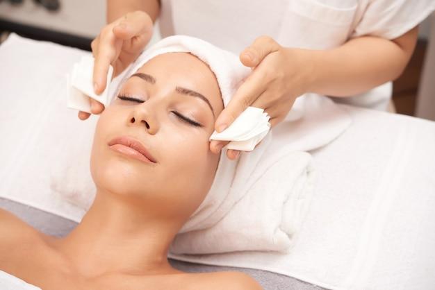 Mulher atraente, recebendo procedimentos de beleza de rosto no salão spa Foto gratuita