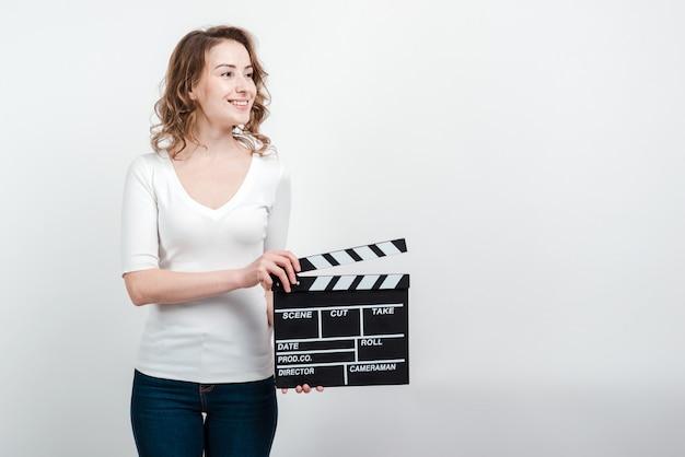 Mulher atraente, segurando uma ripa isolada Foto Premium
