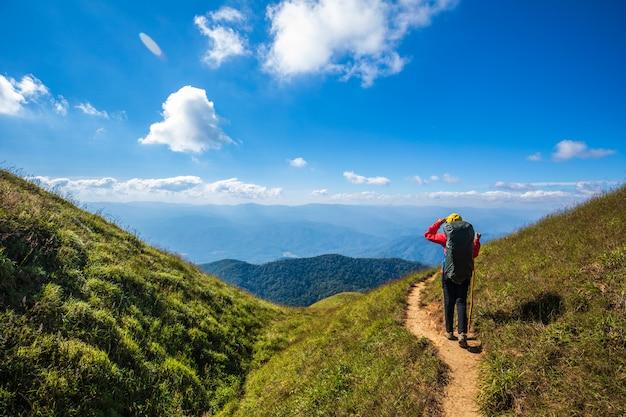 Mulher backpacking nova que caminha em montanhas. doi mon chong, chiangmai, tailândia. Foto Premium
