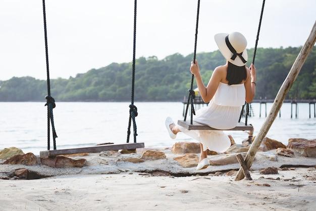 Mulher, balanço, praia Foto Premium