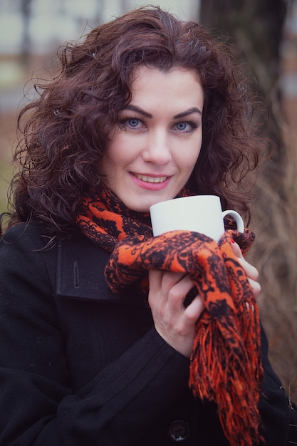 Mulher bebendo chá quente ao ar livre Foto Premium