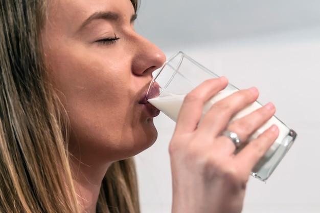Viadinho bebendo leite de camisinha gay eating cum by condom milk 2