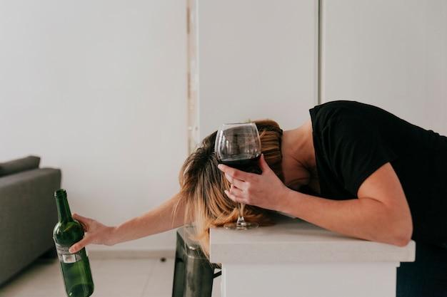 Mulher bebeu muito vinho Foto gratuita