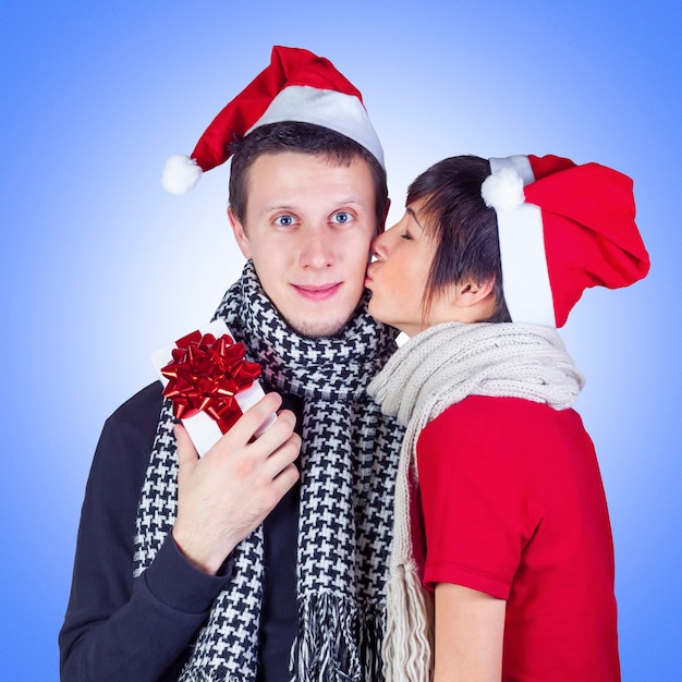 Mulher beijando homem com caixa de presente de natal Foto Premium