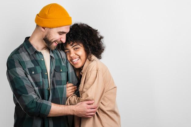 Mulher bonita, abraçando o namorado Foto gratuita