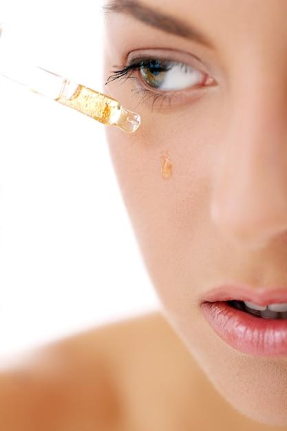 Mulher bonita, aplicando cosméticos Foto gratuita