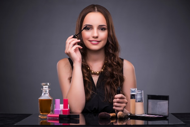 Mulher bonita, aplicando, maquiagem Foto Premium