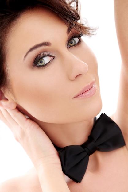 Mulher bonita atraente com gravata borboleta Foto gratuita