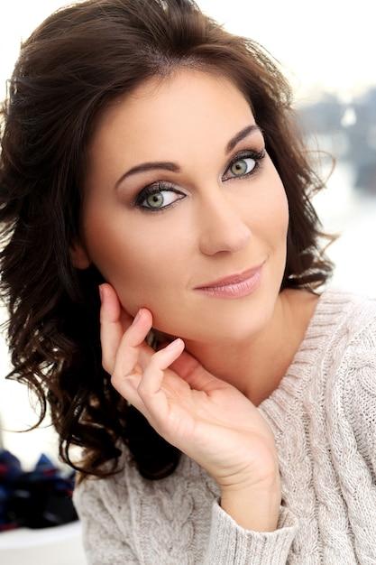 Mulher bonita atraente Foto gratuita
