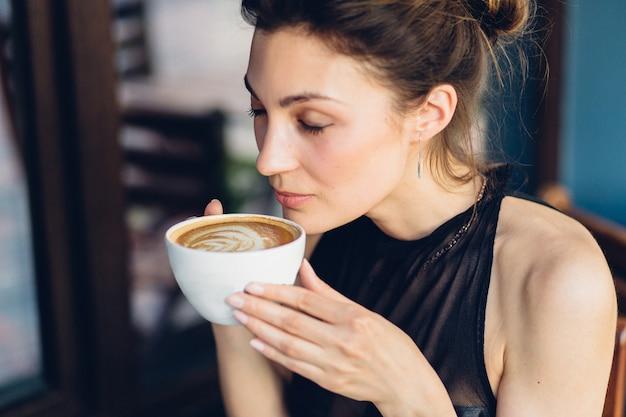 Mulher bonita, bebendo café Foto gratuita