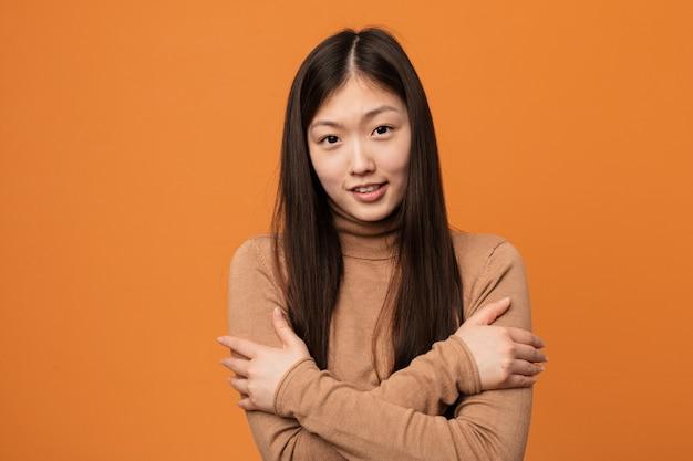 Mulher bonita chinesa jovem indo frio devido à baixa temperatura ou uma doença. Foto Premium