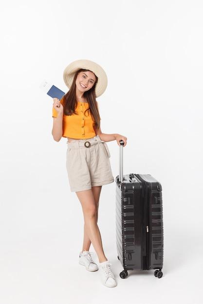 Mulher bonita com blusa laranja pronta para viajar Foto Premium