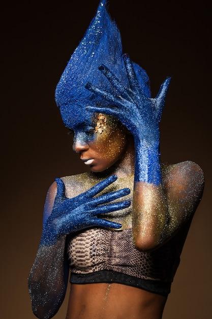 Mulher bonita com bodyart Foto gratuita