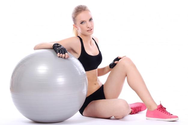 Mulher bonita com bola de fitness Foto gratuita