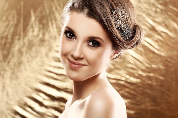 Mulher bonita com broche no cabelo Foto gratuita