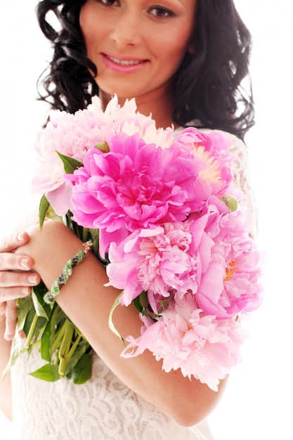 Mulher bonita com buquê de peônias Foto gratuita
