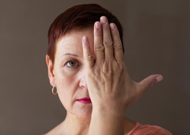 Mulher bonita com cabelo curto, cobrindo os olhos Foto gratuita