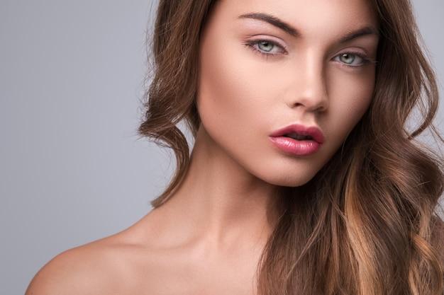 Mulher bonita com cabelo encaracolado Foto Premium