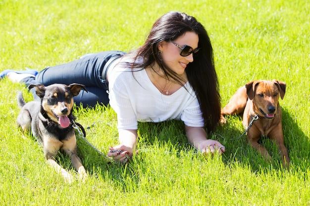 Mulher bonita com cães Foto gratuita