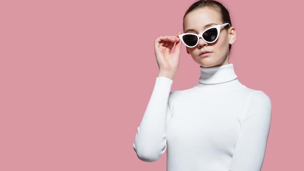 Mulher bonita com camisola branca posando Foto Premium