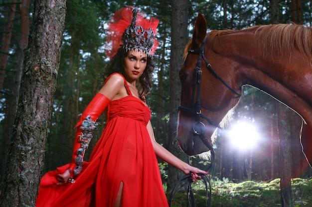 Mulher bonita com cavalo marrom Foto gratuita