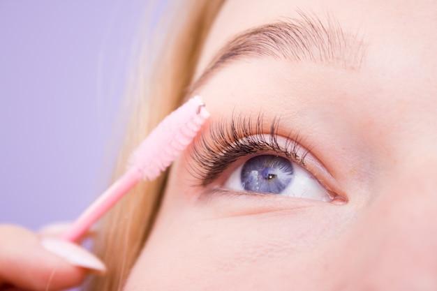Mulher bonita com cílios longos em um salão de beleza. extensão dos cílios. Foto Premium
