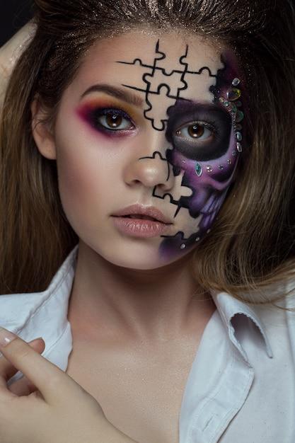 Mulher bonita com esqueleto de maquiagem Foto Premium