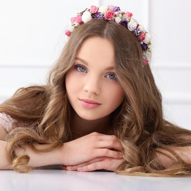 Mulher bonita com flores na cabeça Foto gratuita