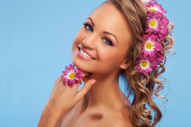 Mulher bonita com flores no cabelo Foto gratuita