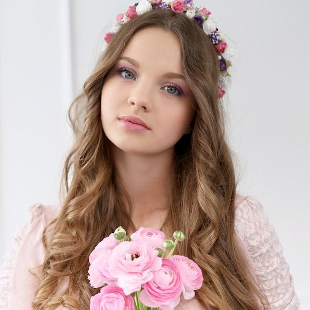 Mulher bonita com flores Foto gratuita