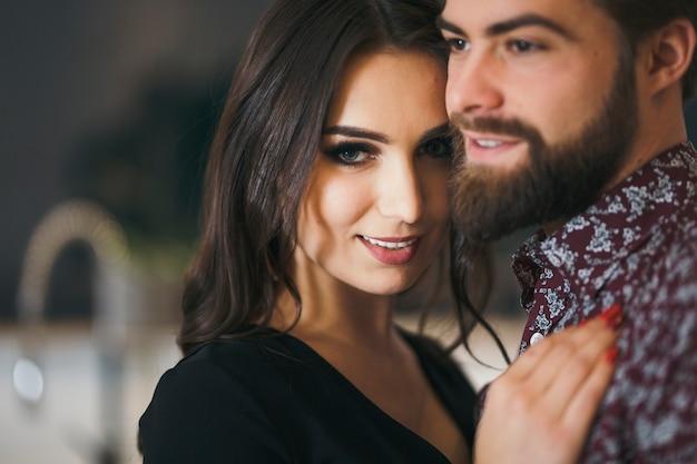 Mulher bonita com homem posando na câmera | Foto Grátis