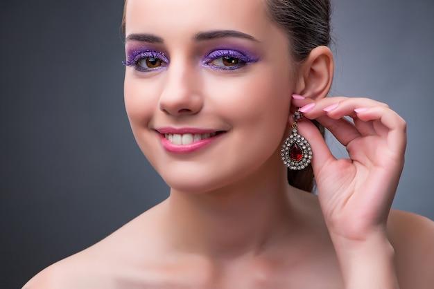 Mulher bonita com jóias no conceito de moda Foto Premium