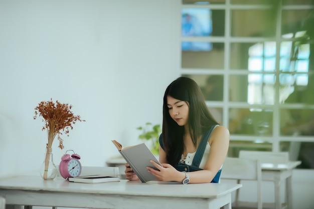 Mulher bonita com livro de leitura Foto gratuita