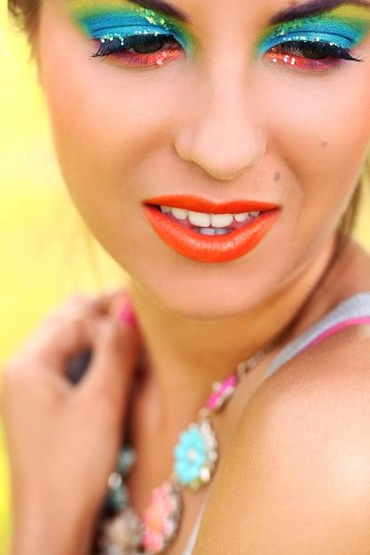 Mulher bonita com maquiagem artística Foto gratuita