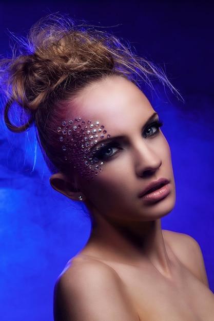 Mulher bonita com maquiagem de fantasia Foto gratuita