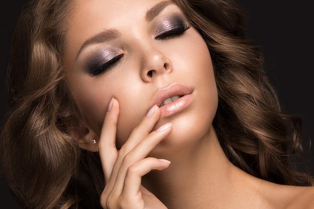 Mulher bonita com maquiagem de noite e cabelos longos e lisos Foto Premium