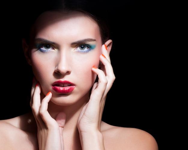 Mulher bonita com maquiagem de noite Foto Premium