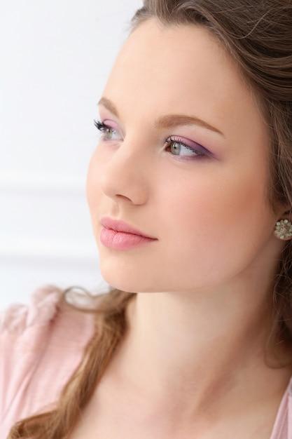 Mulher bonita com rosto bonito Foto gratuita