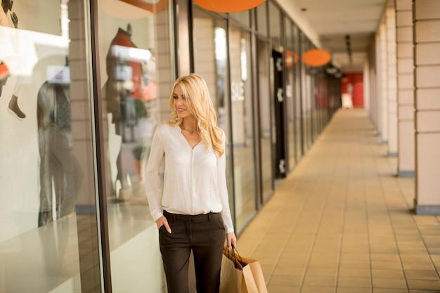 Mulher bonita com sacola de papel Foto Premium