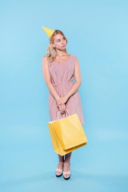 Mulher bonita com sacos de presente Foto gratuita