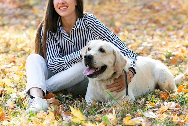 Mulher bonita com seu cachorro fofo Foto gratuita