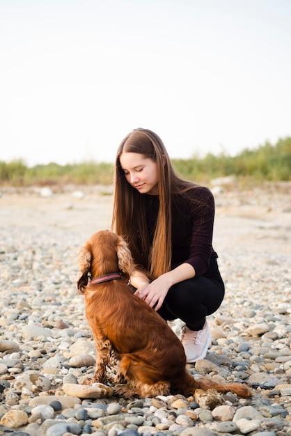 Mulher bonita com seu cachorro Foto gratuita
