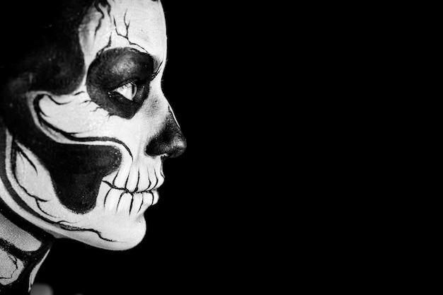 Mulher bonita com tatuagem de esqueleto Foto Premium
