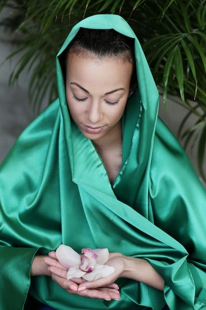 Mulher bonita com traje tradicional indiano e flor nas mãos Foto gratuita