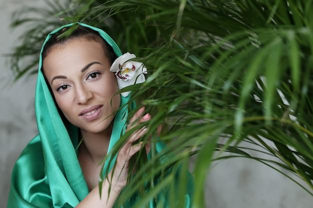 Mulher bonita com traje tradicional indiano Foto gratuita