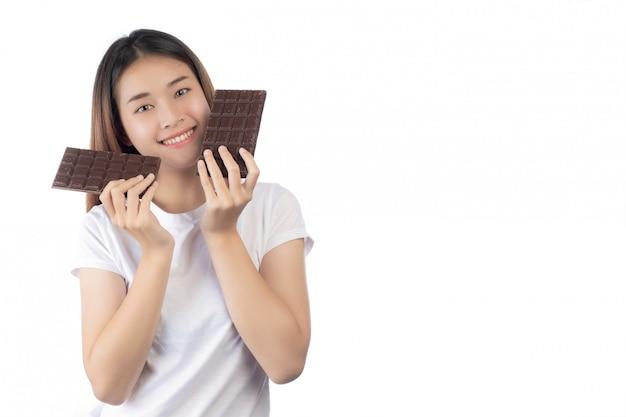 Mulher bonita com um sorriso feliz segurando um chocolate de mão Foto gratuita