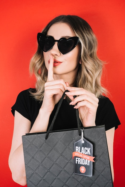 Mulher bonita, compras no dia preto de sexta-feira Foto gratuita