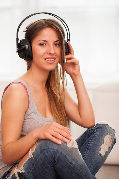 Mulher bonita curte música em fones de ouvido Foto gratuita