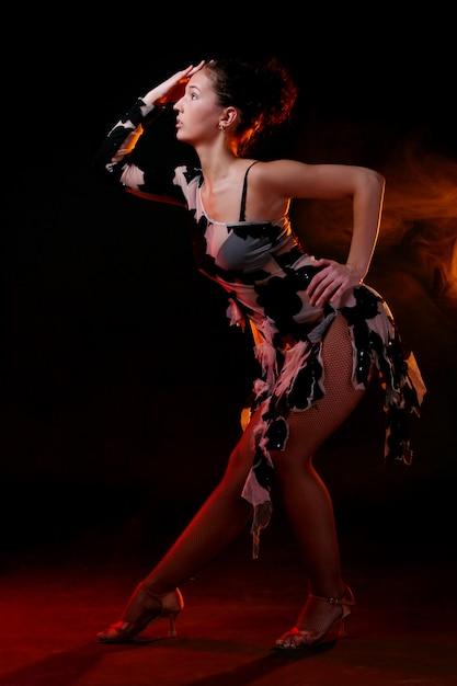 Mulher bonita dançando dança latina Foto gratuita