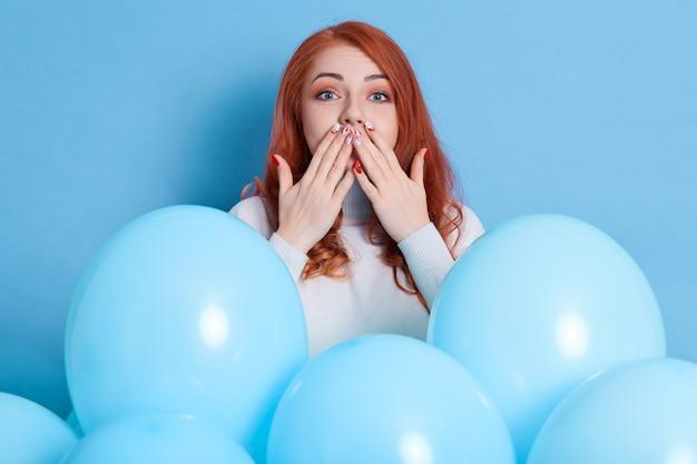 Mulher bonita de cabelos vermelhos vestindo casualmente mandando beijo no ar Foto Premium